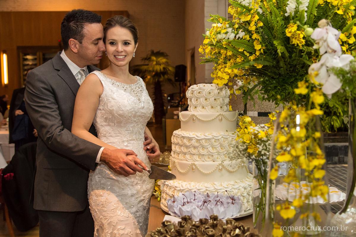 Brinde e bolo no casamento fotografado pelo fotógrafo Romero Cruz especializado em fotografia social de casamentos