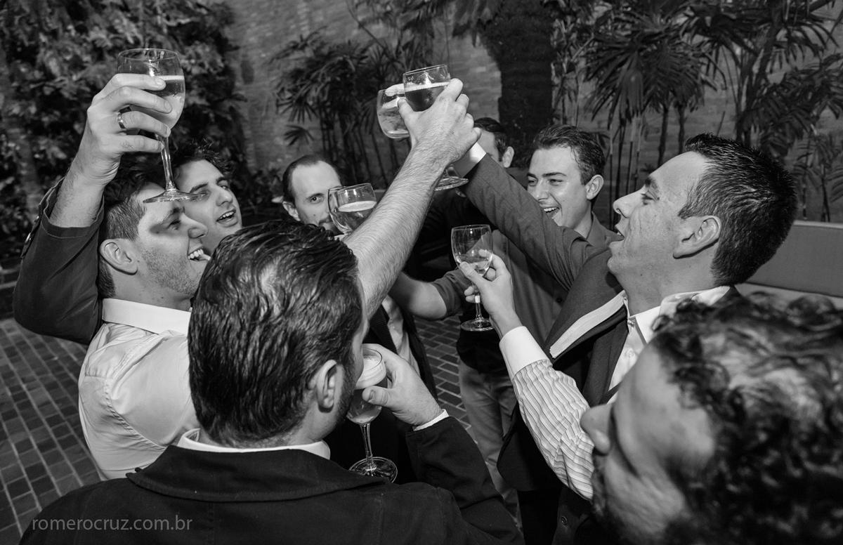 Noivo brinda com convidados em casamento fotografado pelo fotógrafo Romero Cruz