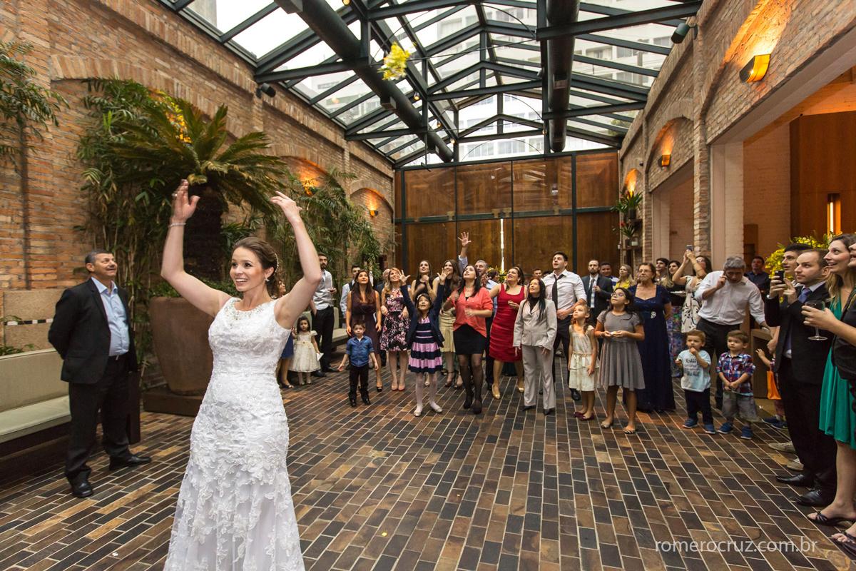 Na foto do fotógrafo Romero Cruz noiva joga o buquê em casamento