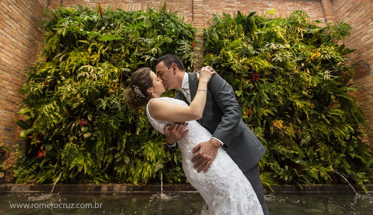 Beijo romântico dos noivos na fotografia de Romero Cruz no Restaurante Cantaloup em São Paulo-SP