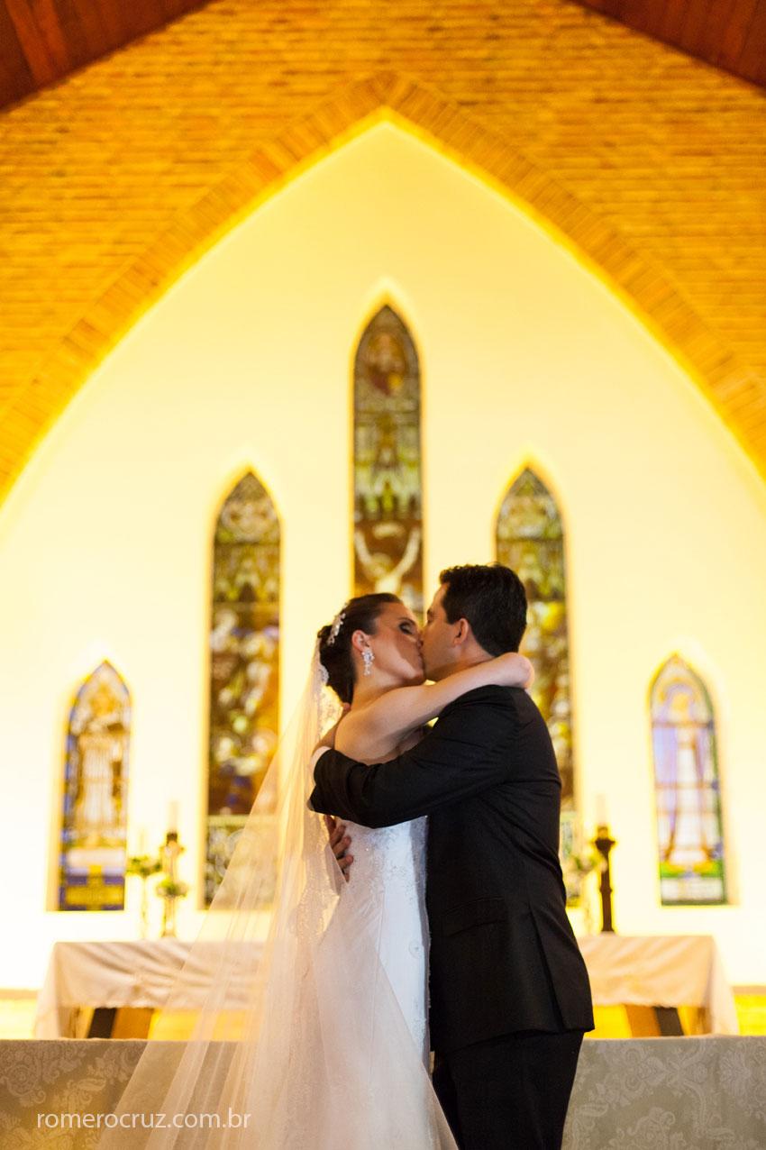 Momento do beijo na fotografia de Romero Cruz na Catedral Anglicana de São Paulo-SP