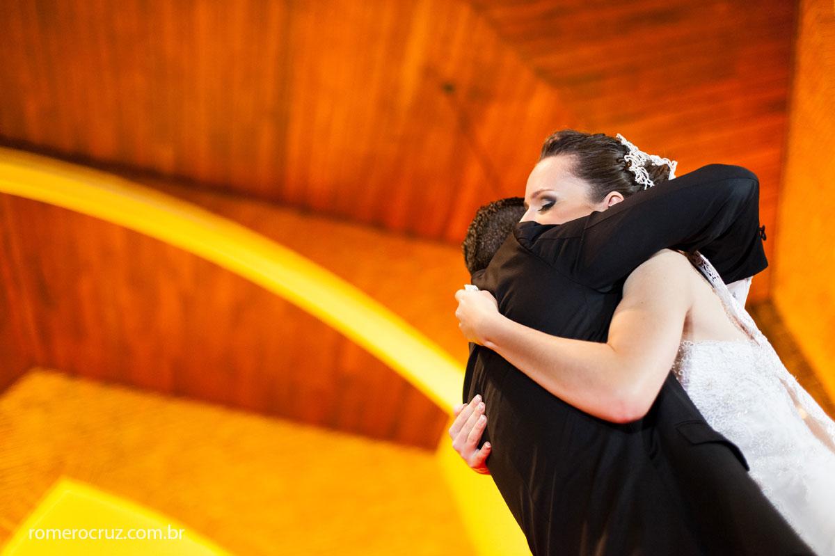 Abraço emocionado dos noivos em casamento na Catedral Anglicana de São Paulo-SP