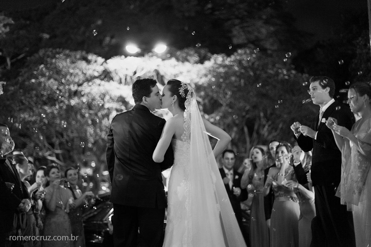 Saída dos noivos no casamento realizado na Catedral Anglicana de São Paulo-SP fotografado por Romero Cruz fotógrafo profissional