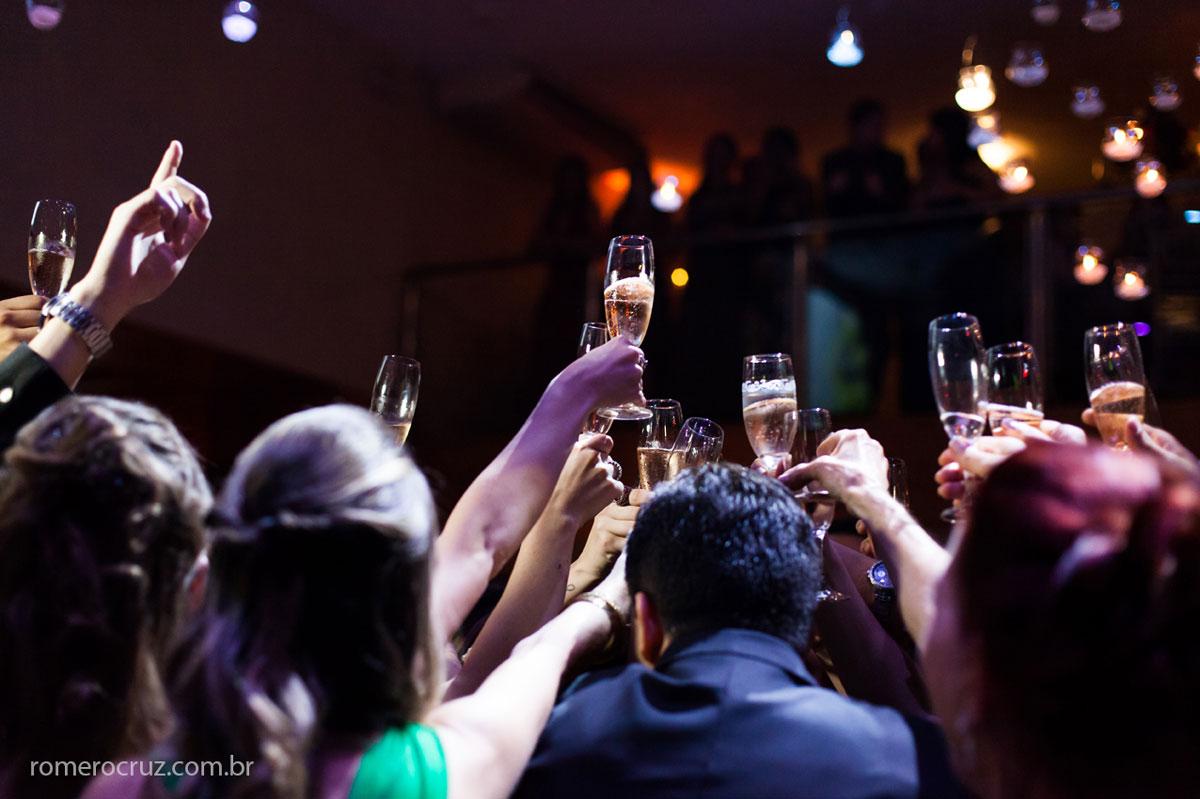 Foto do brinde dos noivos com os convidados em festa de casamento fotografada pelo fotógrafo profissional Romero Cruz