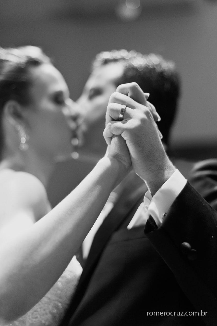 Detalhe das alianças dos noivos na foto do fotógrafo Romero Cruz