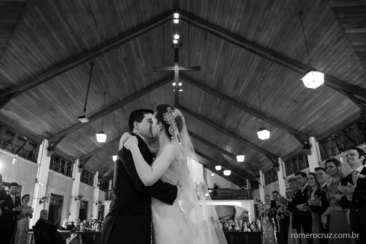 Beijo emcionante dos noivos em casamento na Catedral Anglicana na fotografia do fotógrafo Romero Cruz