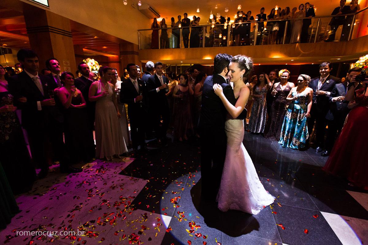 Valsa dos noivos na foto de Romero Cruz em festa de casamento