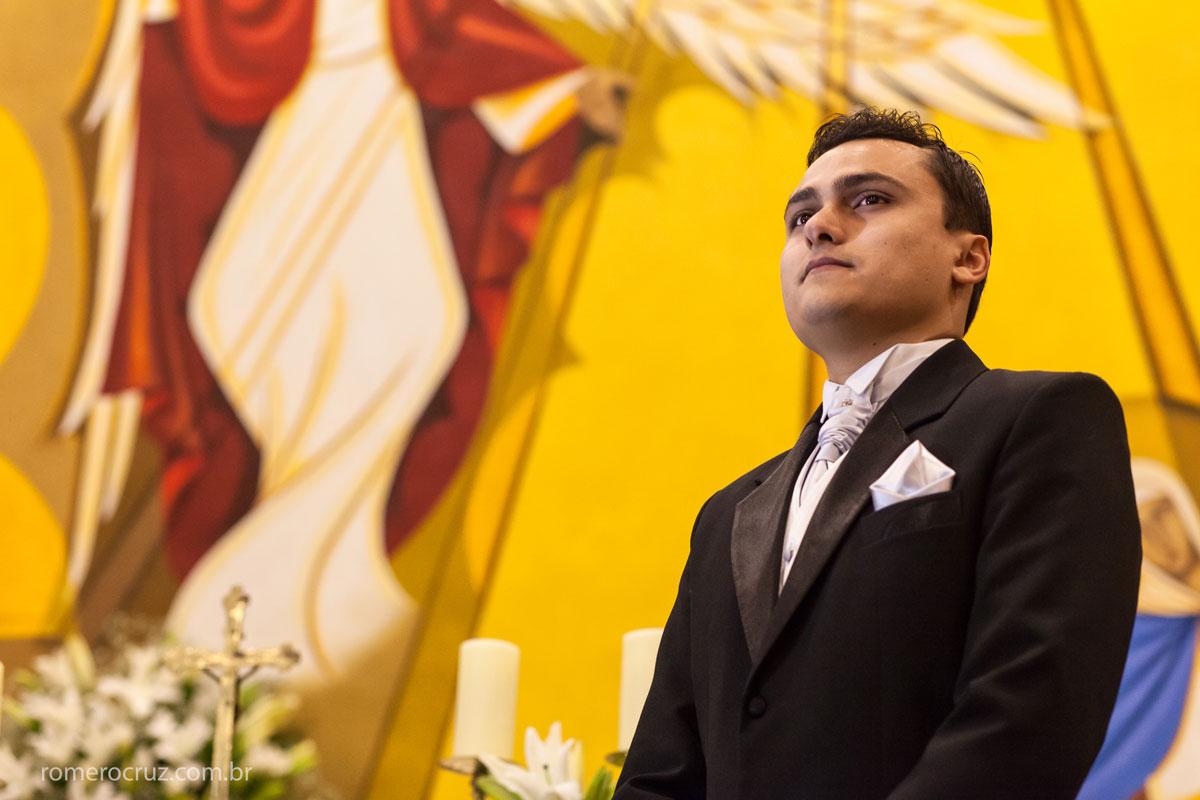 Foto do noivo ansioso aguardando a entrada da noiva no casamento na igreja verbo divino em São Paulo-SP