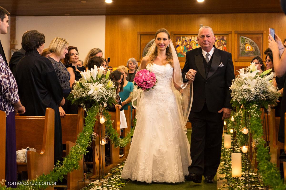 Entrada da noiva com seu pai na igreja Verbo Divino na chácara Santo Antonio em SP foto feita pelo fotógrafo Romero Cruz