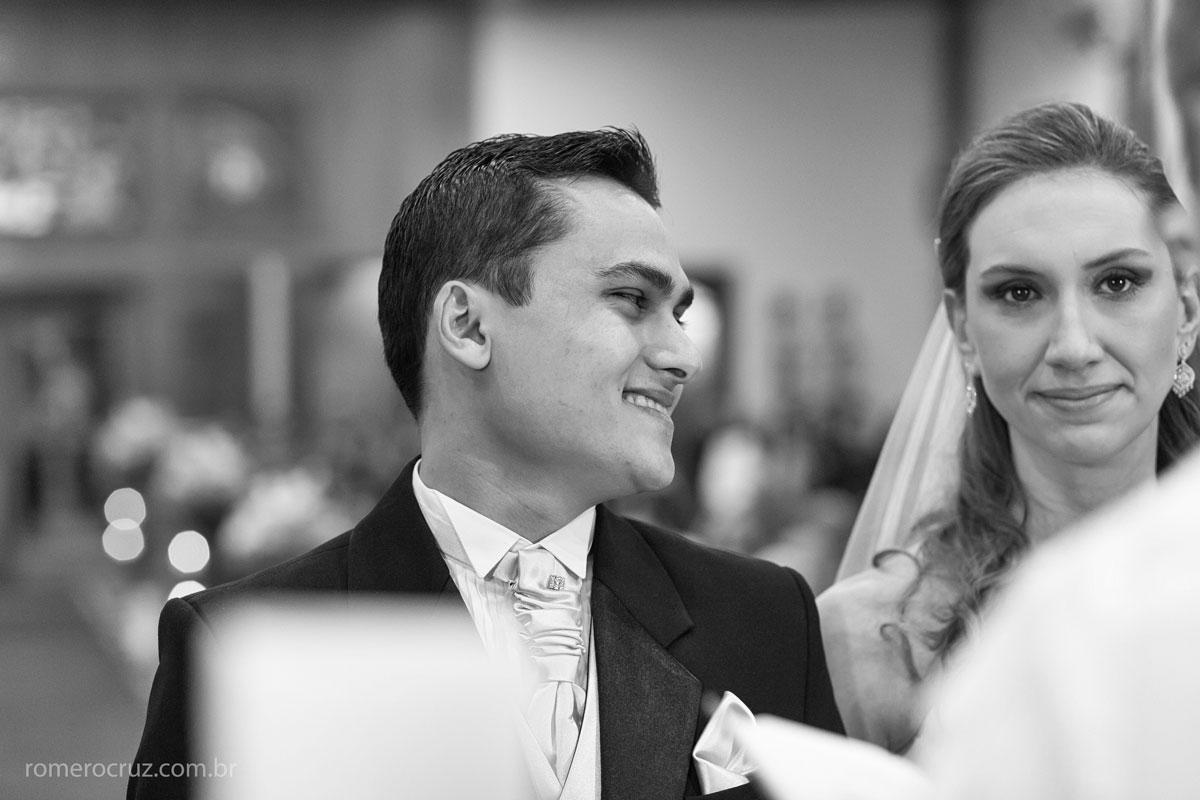 Nessa fotografia retrata o olhar do noivo apaixonado nesse lindo casamento