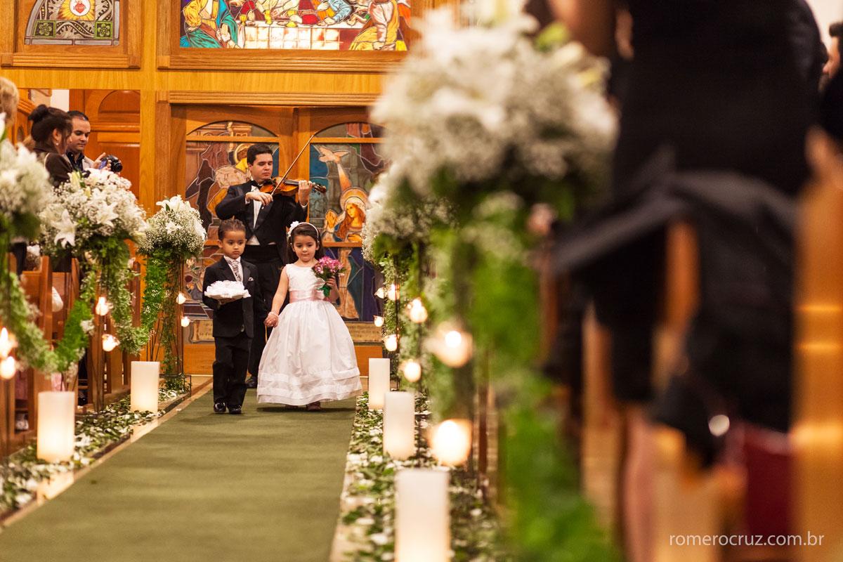 Entrada das daminhas em casamento na igreja Verbo Divino