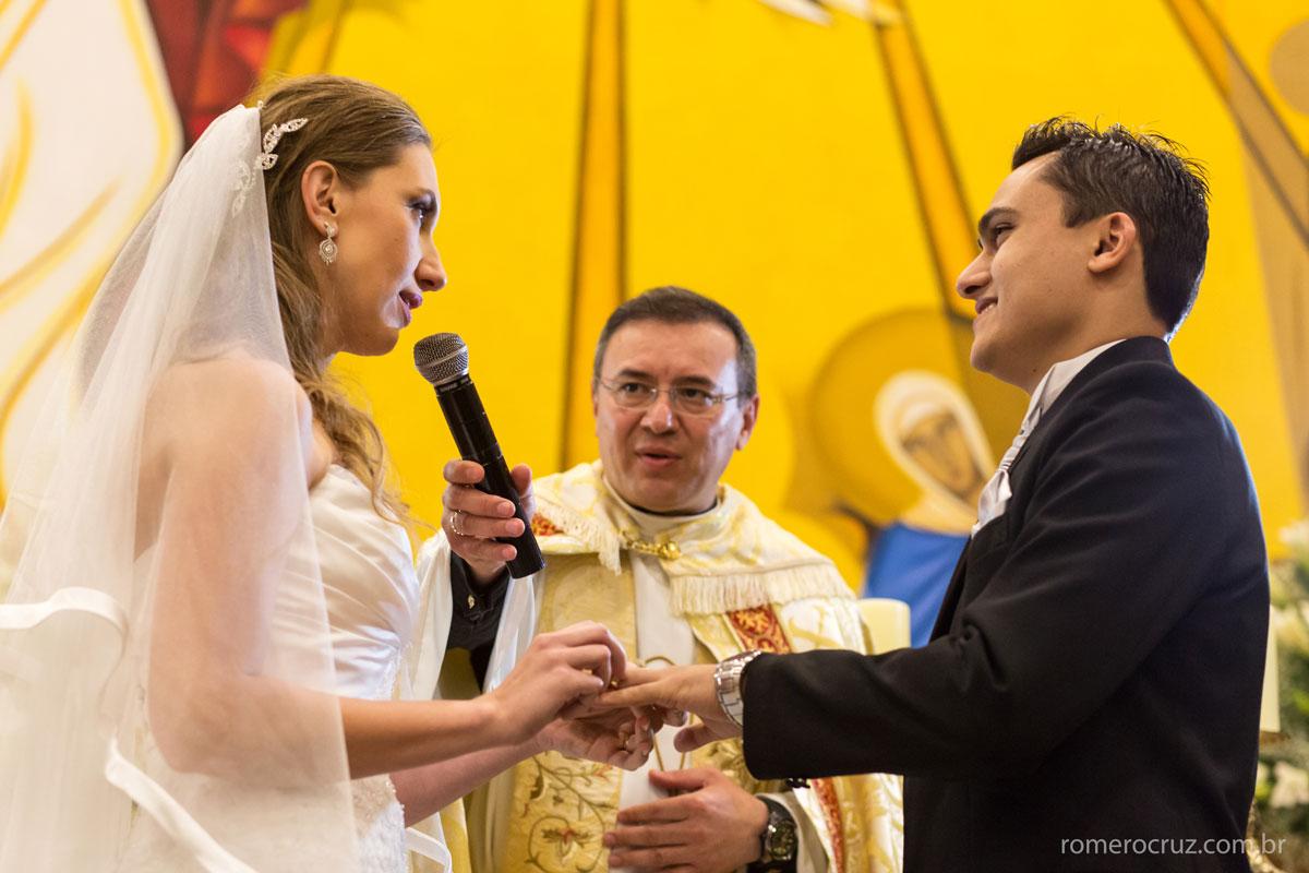 Troca das alianças do casamento de Hosman e Mariana ma igreja verbo divino em São Paulo-SP fotografado pelo fotógrafo Romero Cruz