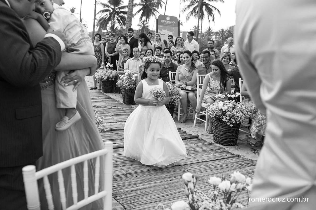 Foto da entrada da daminha no casamento na praia do paiva de Marianne e Alysson