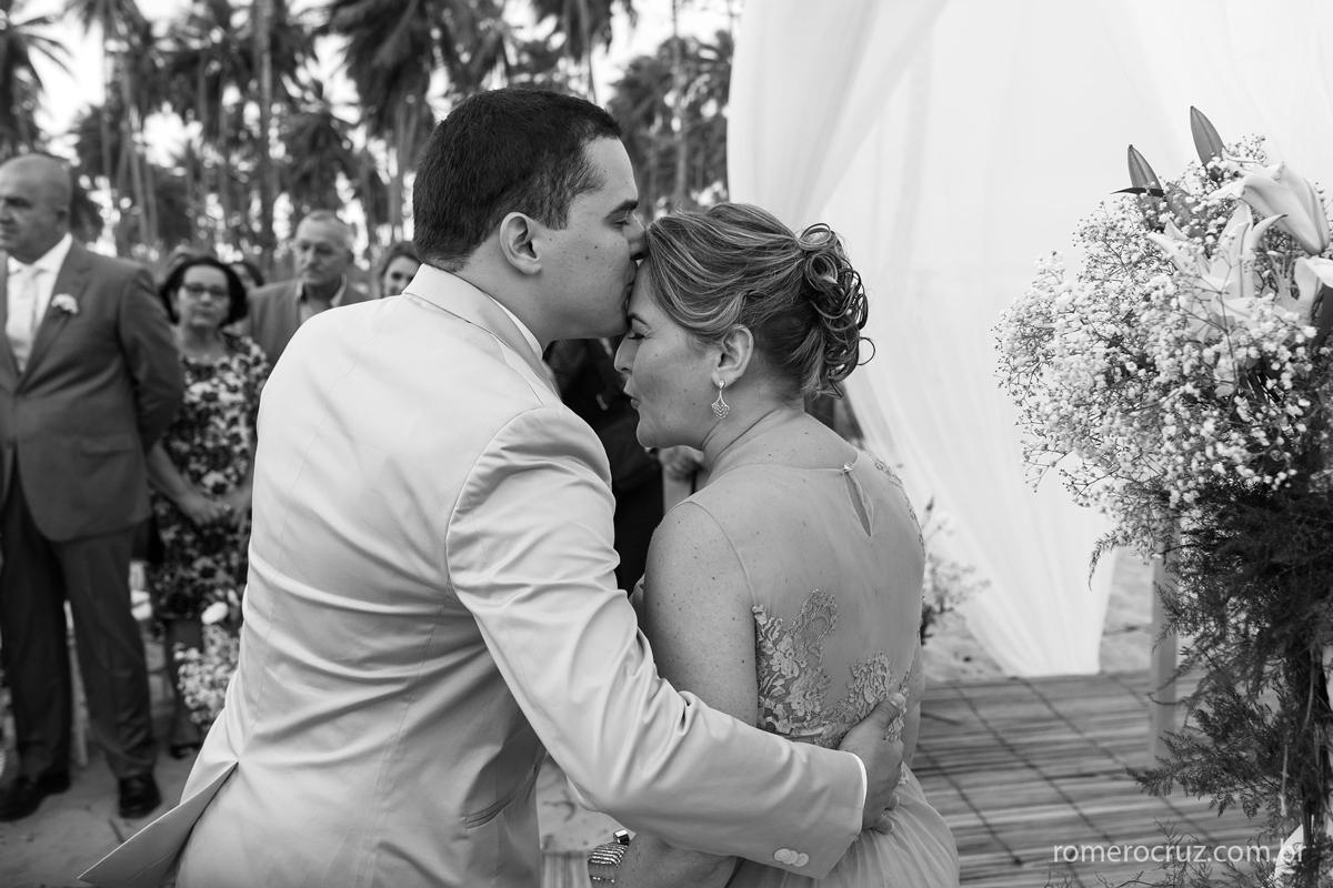 Beijo emocionado nessa fotografia do noivo na sua mãe antes de receber a noiva no casamento