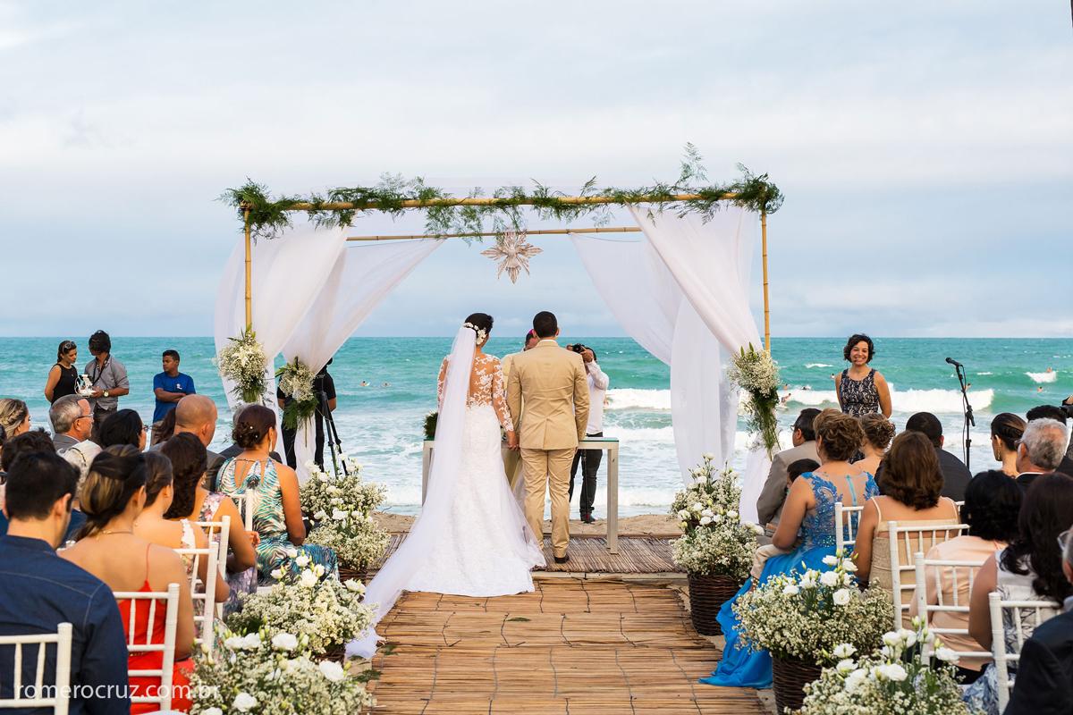 Noivos casando na praia do Paiva na fotografia do fotógrafo Romero Cruz