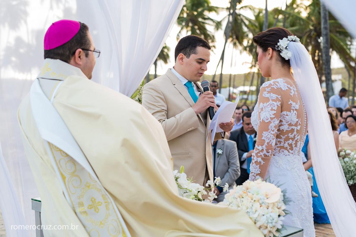 Noivo homenageia a noiva no casamento na praia do paiva em Pernambuco na foto do fotógrafo Romero Cruz