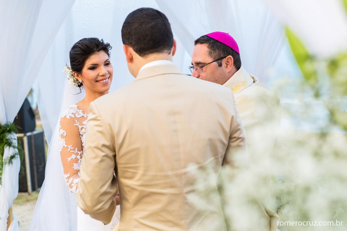 Nesta foto a felicidade da noiva no dia do seu casamento capturado nas imagem do fotógrafo Romero Cruz