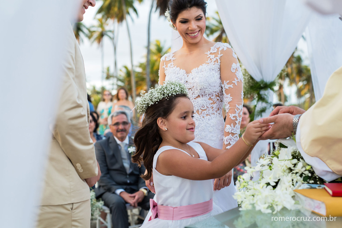 Entrada das alianças de casamento nas mãos da daminha mais linda do mundo na fotografia do fotógrafo Romero Cruz