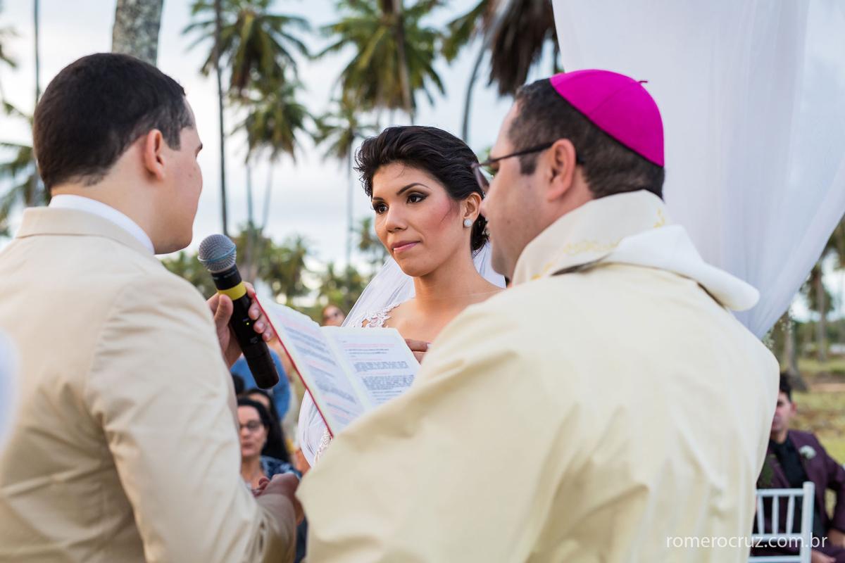 Juramento matrimonial na cerimônia de casamento na praia