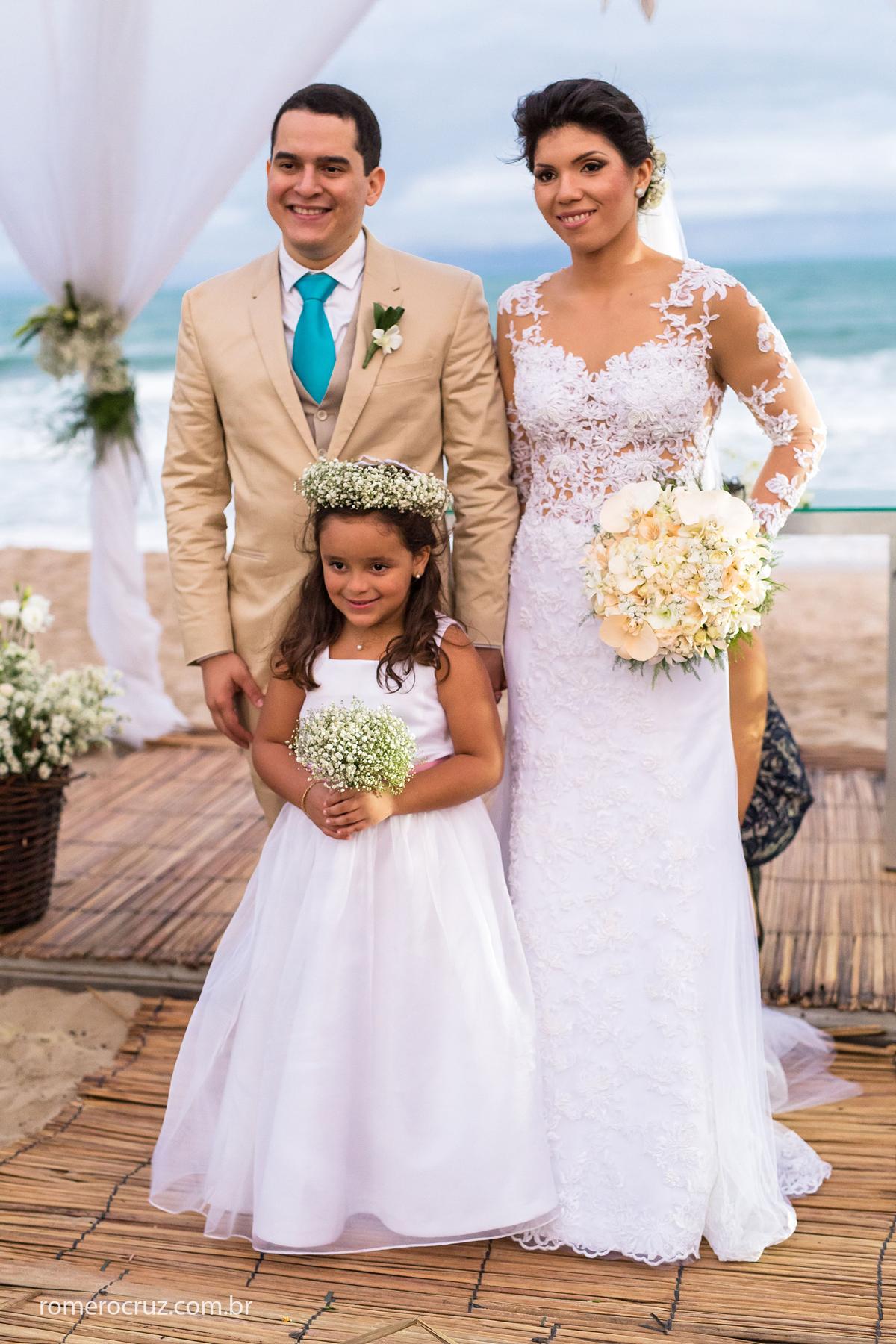 Casal de noivo lindo com sua daminha no casamento na praia do paiva em Pernambuco