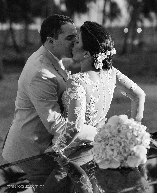 Ensaio fotográfico do casal de noivos realizado na praia do paiva em Pernambuco