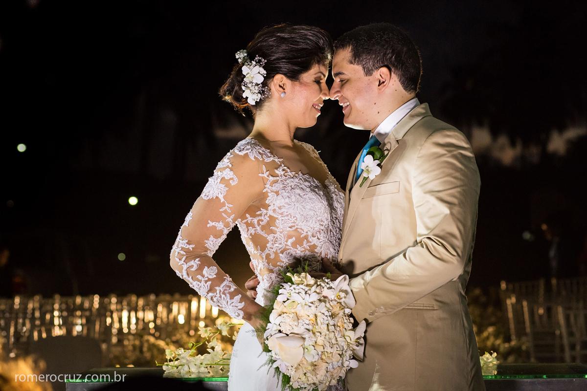 Noivos apaixonados na sessão fotográfica do ensaio feito pelo excelente fotógrafo de casamento Romero Cruz