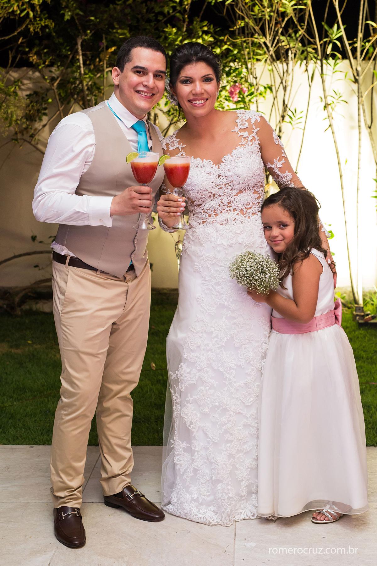 Casal de noivos com sua daminha no casamento na Praia do Paiva-PE