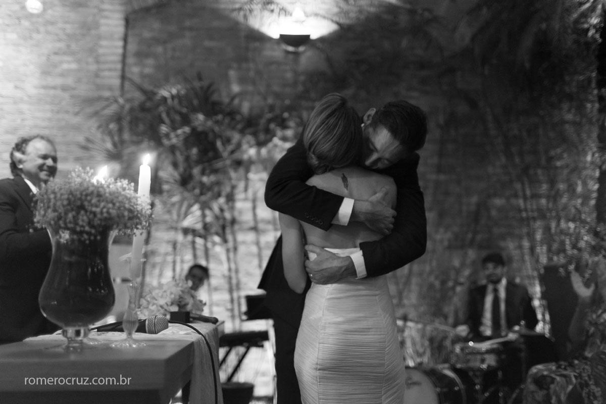Abraço emocionante do casal Marina e Hugo no casamento