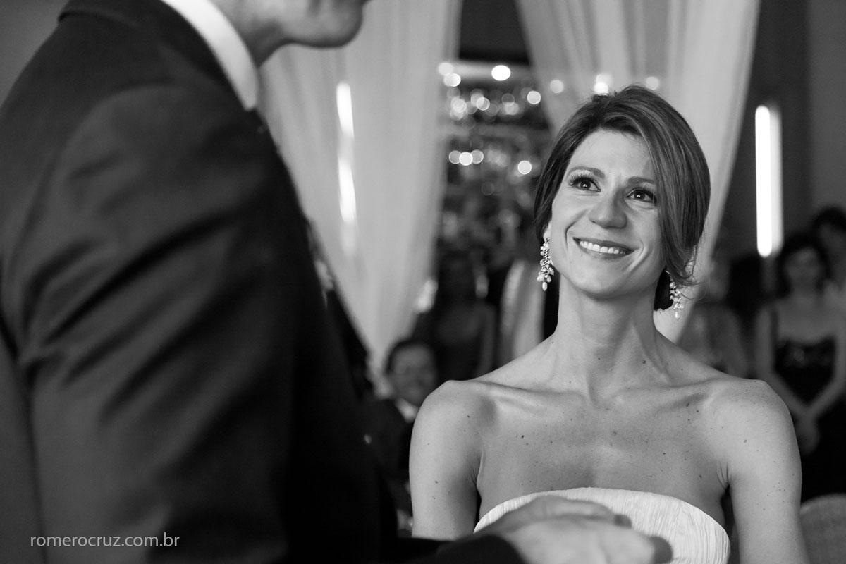 Sorriso emocionado e sincero da noiva Marina no casamento no restaurante Cantaloup na foto do fotógrafo Romero Cruz