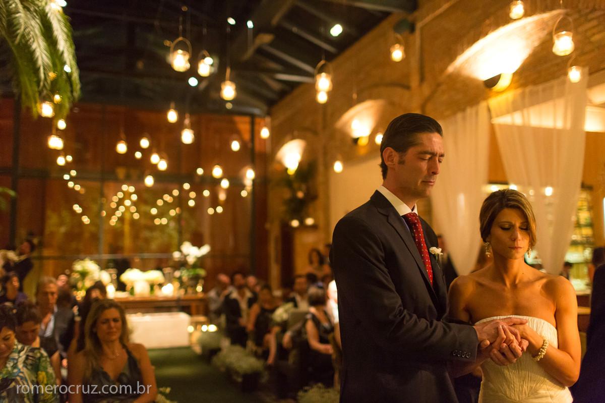 Momento de serena oração do casal de noivos no casamento no restaurante cantaloup