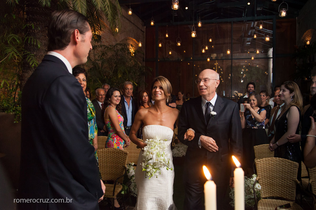 Entrada da noiva acompanhada pelo pai em casamento no restaurante Cantaloup fotografado pelo fotógrafo de casamento Romero Cruz em São Paulo-SP