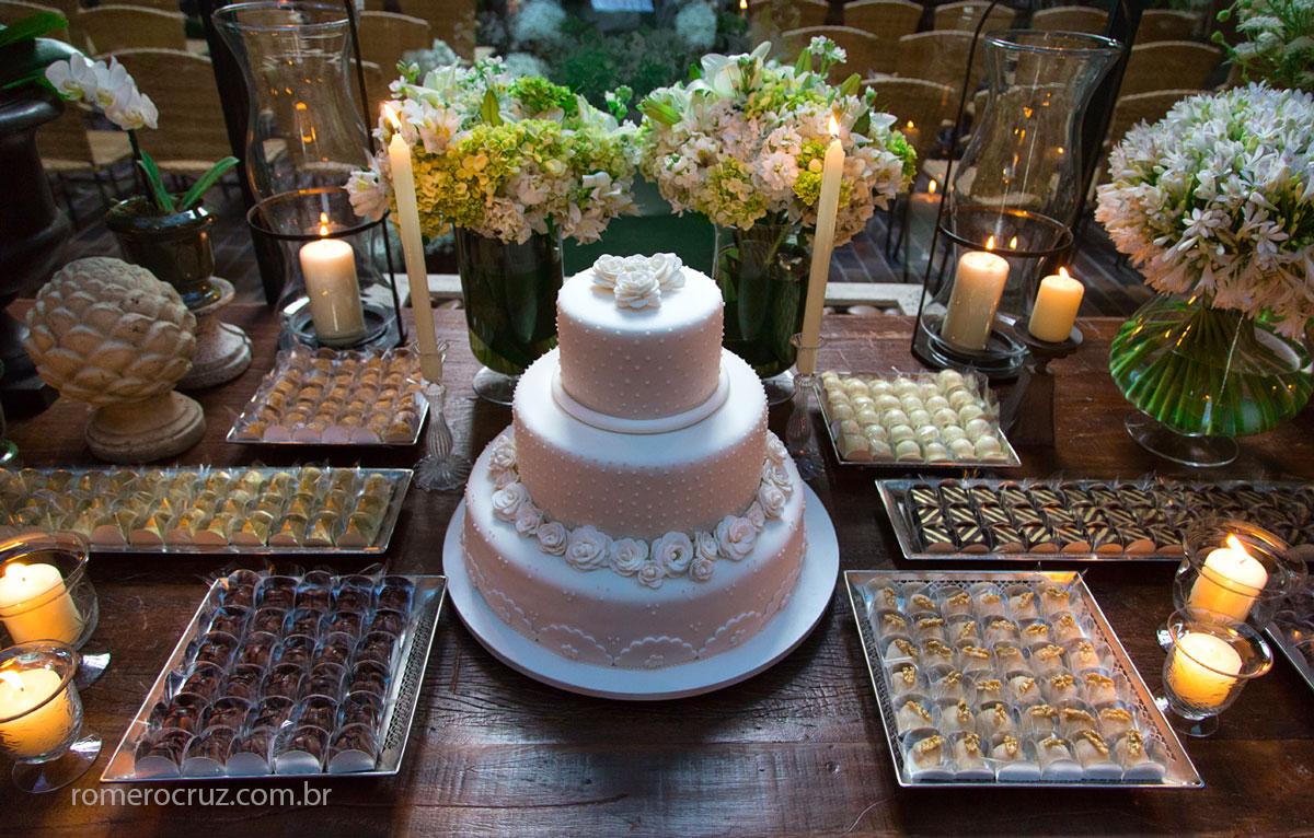 Mesa de doces e bolo na fotografia do fotógrafo Romero Cruz no restaurante Cantaloup