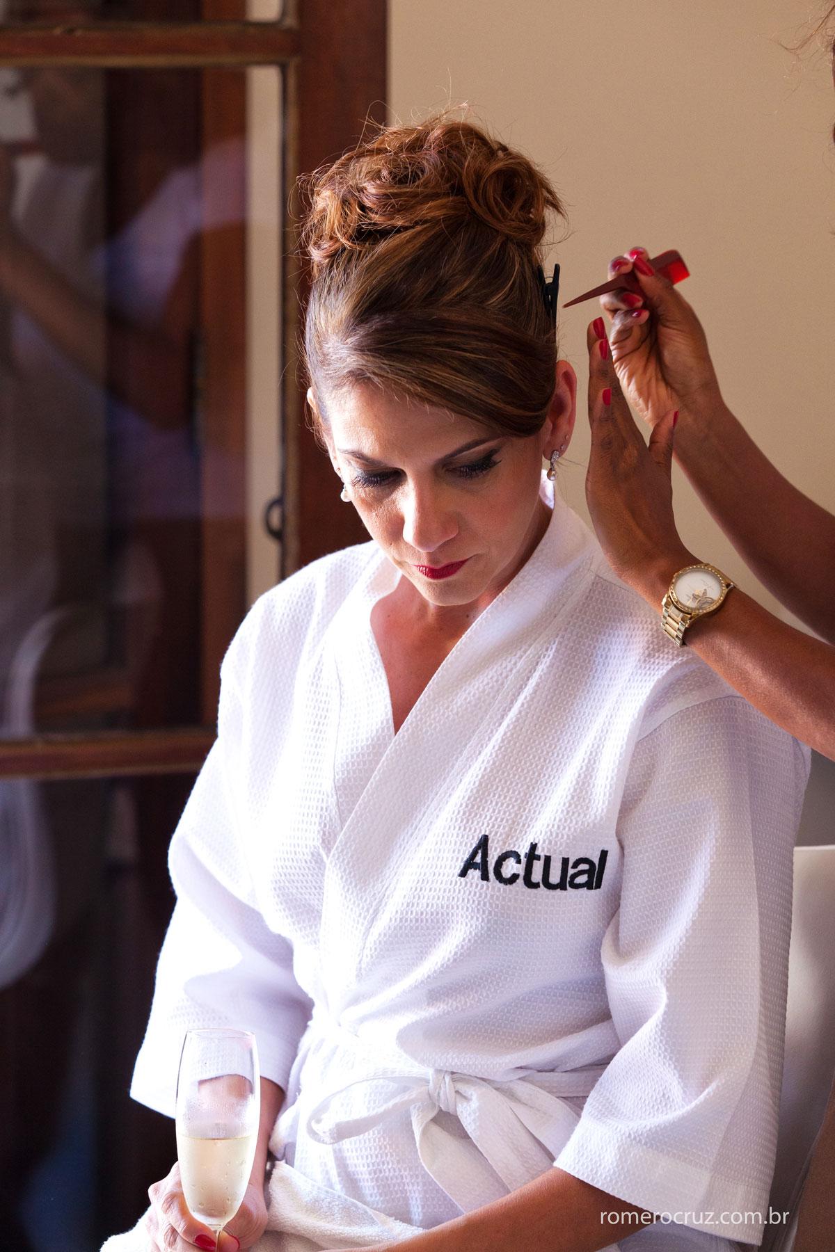 Detalhes do cabelo no making of de casamento da noiva Monica