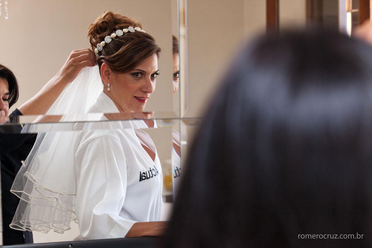 A emoção da noiva Monica diante do espelo no dia do seu casamento