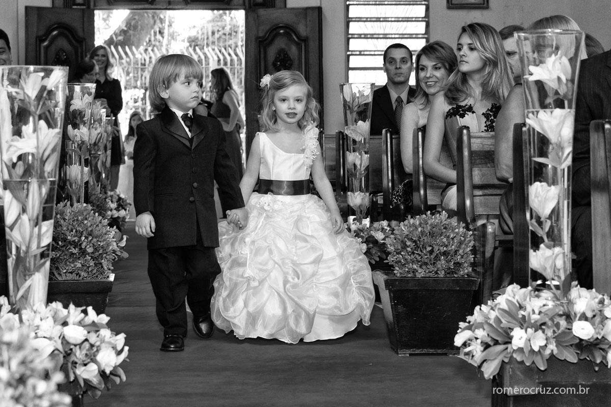 Daminha e pajem entrando na igreja no casamento da Monica e Carlos