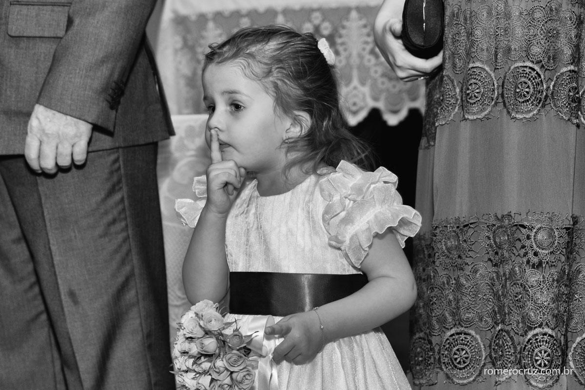 Foto de daminha no casamento dos noivos Monica e Carlos