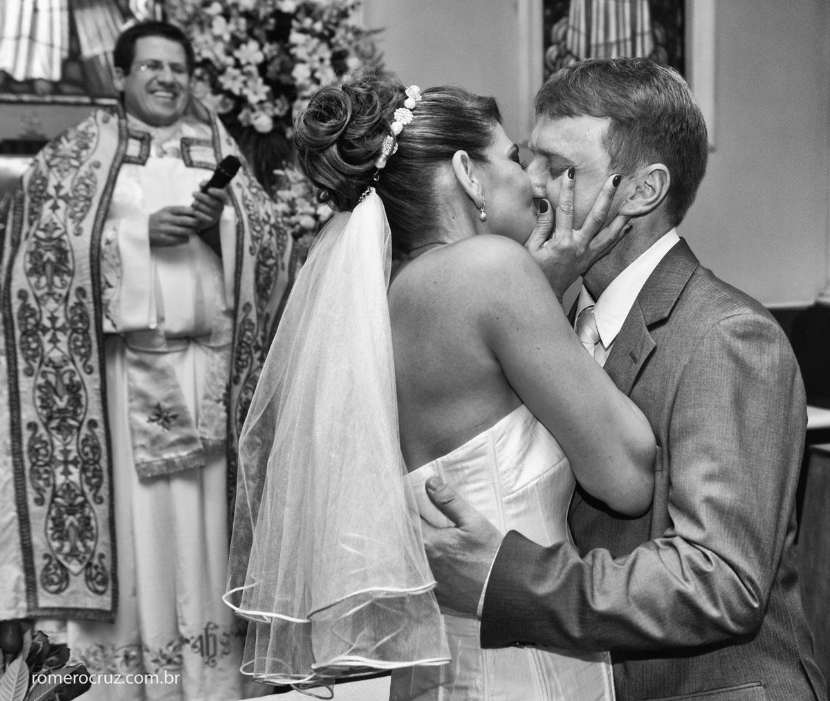 Fotografia emocionante do beijo dos noivos no casamento de Monica e Carlos