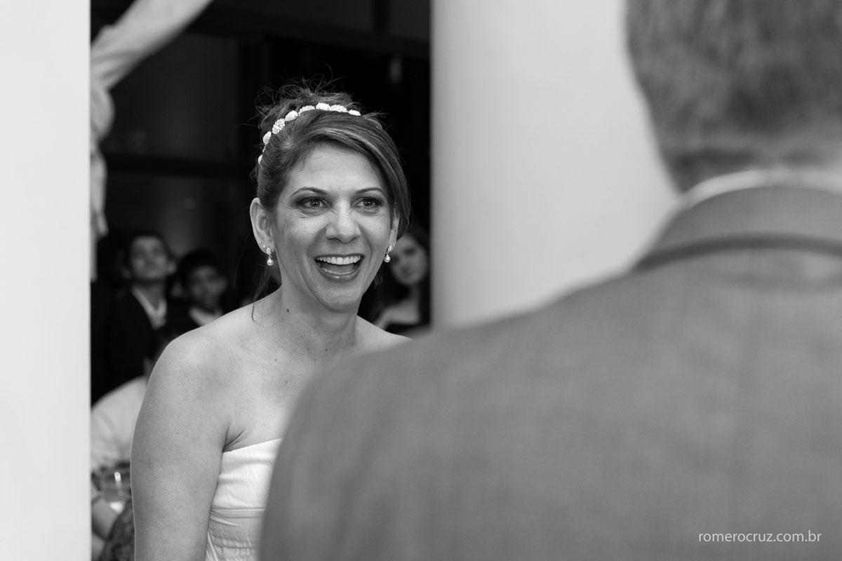 Noiva emocionada pela declaração de amor do noivo em casamento