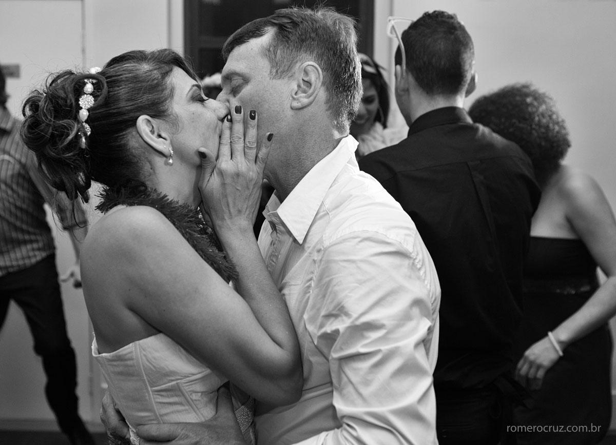 Foto do beijo apaixonado dos noivos no casamento de Monica e Carlos