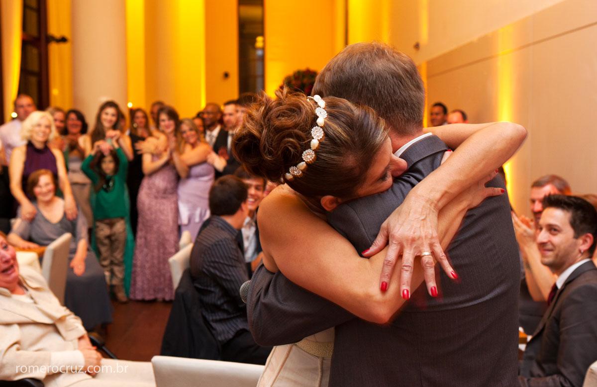 Abraço emocionante dos noivos no casamento capturado pela lente do fotógrafo Romero Cruz