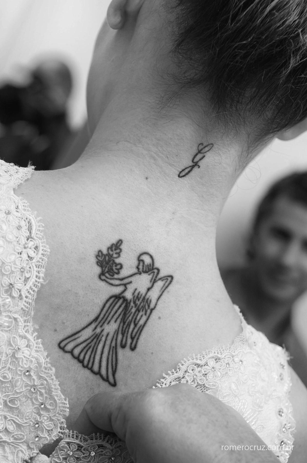 Detalhe da tatuagem da noiva no making do casamento