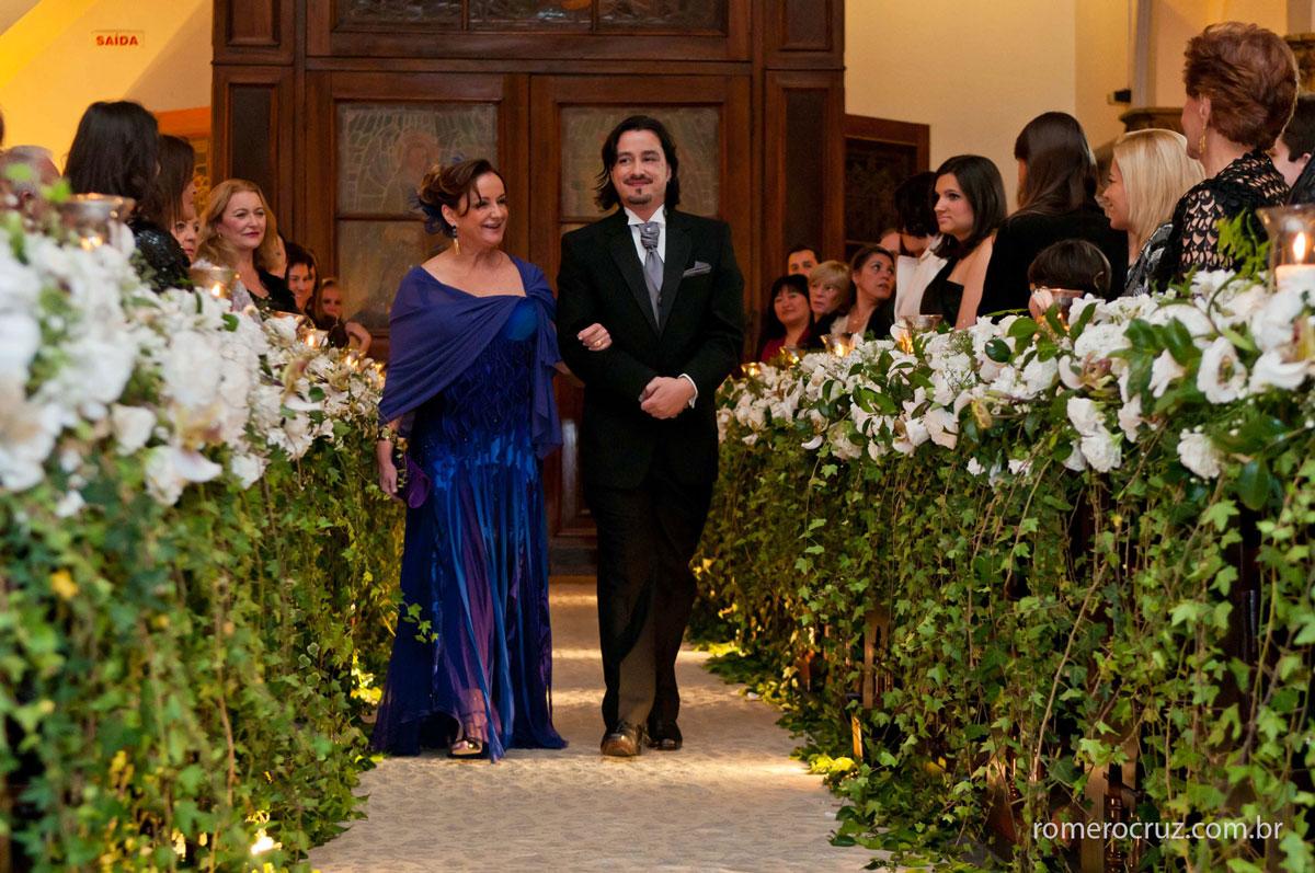 Fotografia da entrada do noivo com sua mãe em casamento na igreja São José em São Paulo-SP