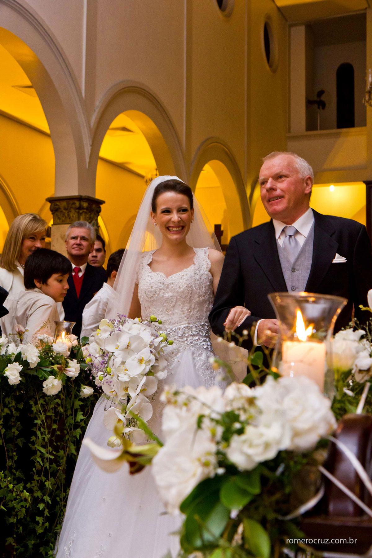 Entrada emcionante da noiva com seu pai