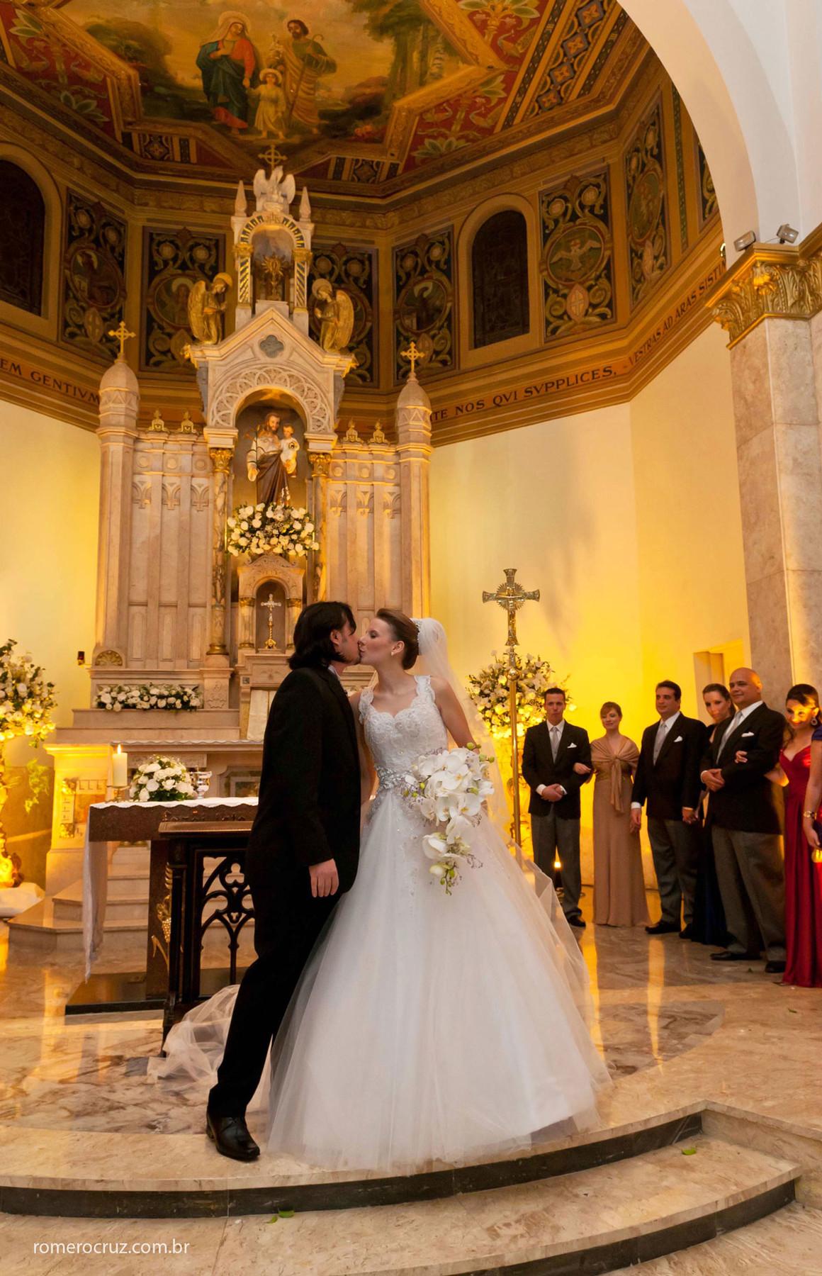 Beijo apaixonado dos noivos em casamento na igreja são josé em São Paulo-sp
