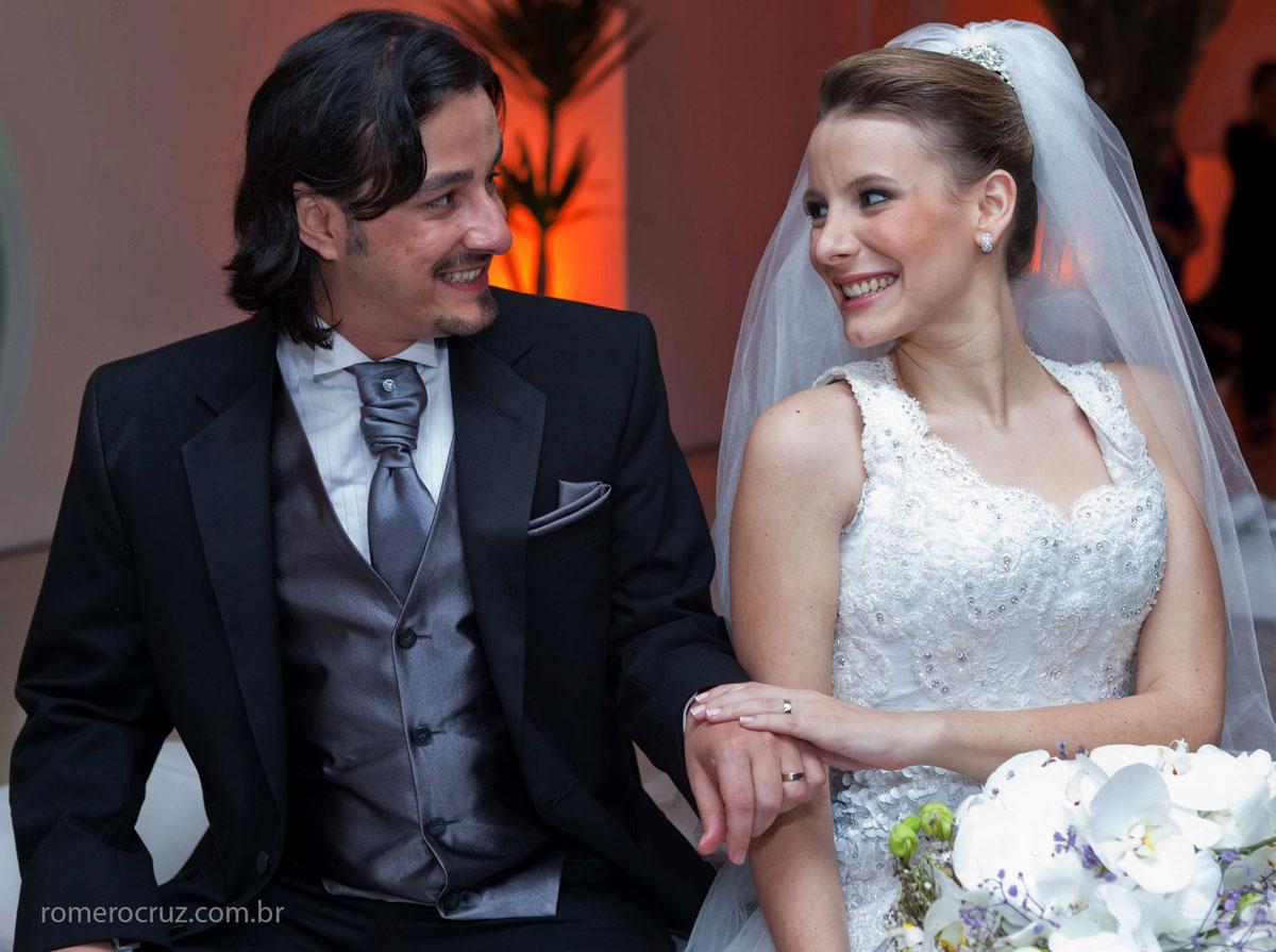 Olhares dos noivos em momento de carinho fotografado pelo fotógrafo Romero Cruz