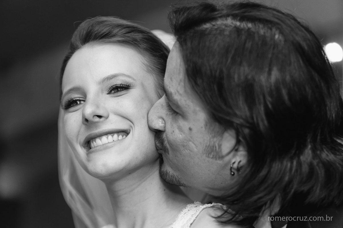 Foto de beijo singelo dos noivos Natalia e Guilherme no casamento