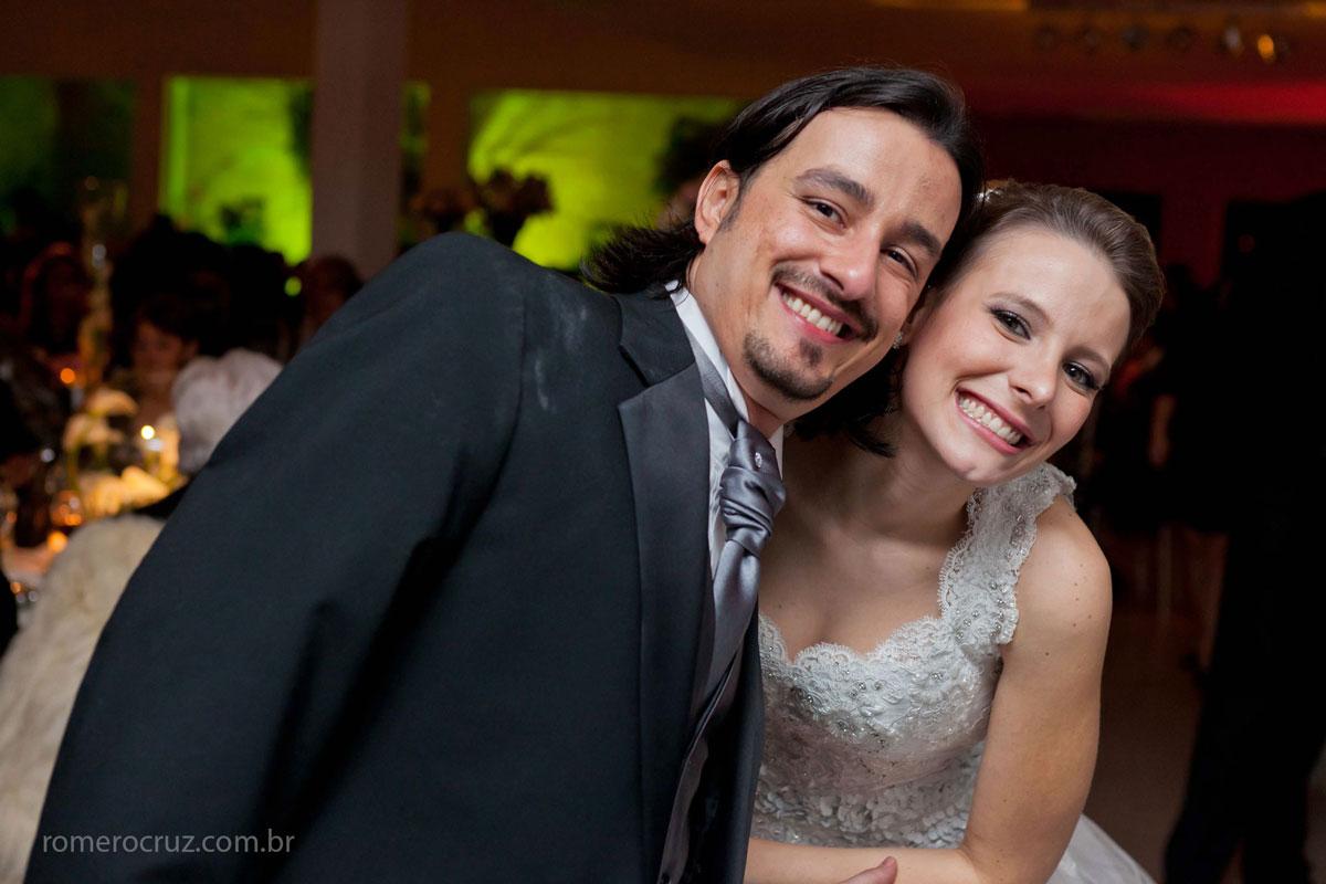 Felicidade dos noivos capturado nessa foto do fotógrafo de casamento Romero Cruz