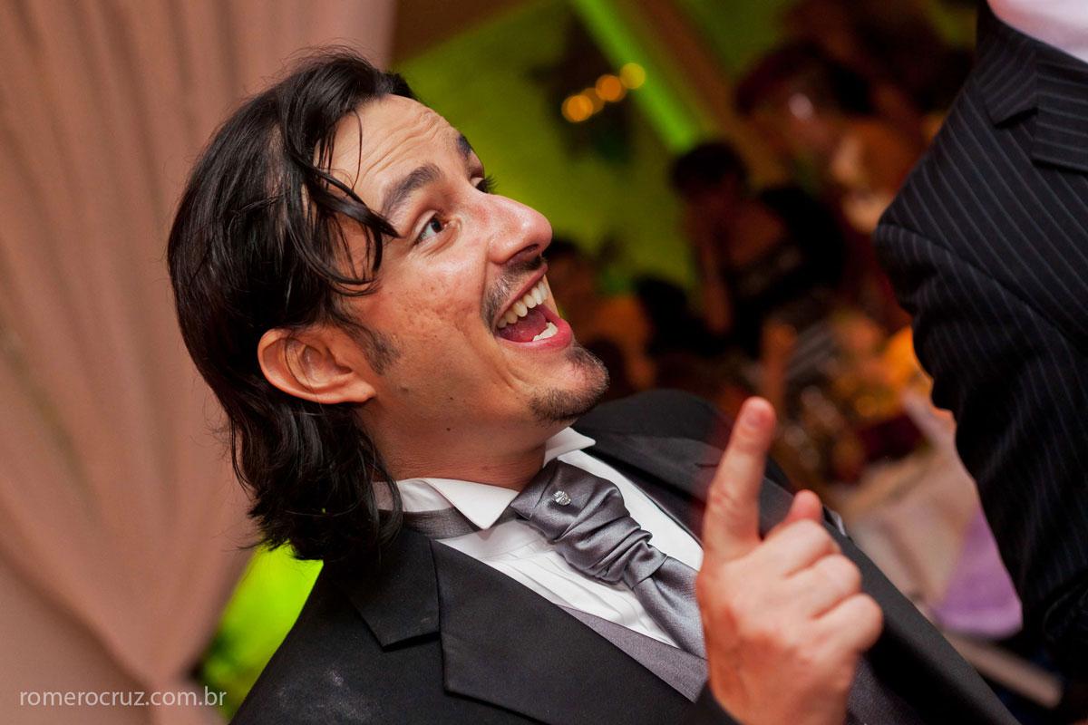 Noivo se divertindo na sua festa de casamento