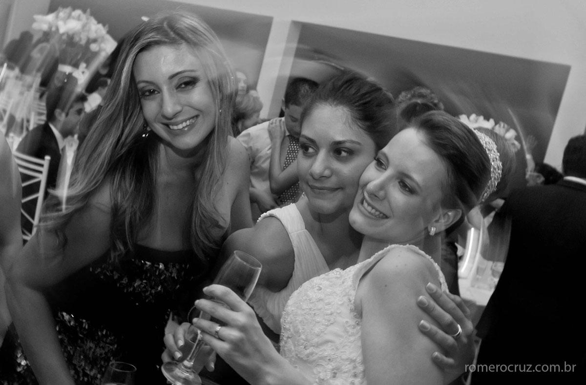 Fotografia da noiva com os convidados amigos no casamento
