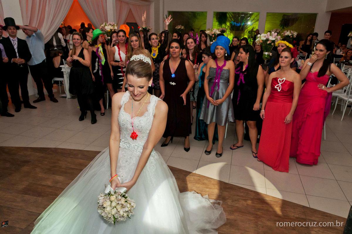 Hora da noiva jogar o bouquet no casamento feito pelo fotógrafo Romero Cruz